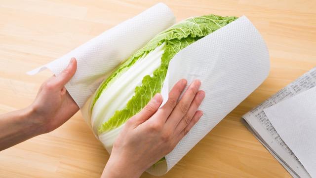 キッチンペーパーで包んでから新聞紙で包む