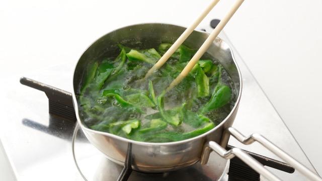 熱湯にくぐらせ、すぐにザルに上げて粗熱を取る。