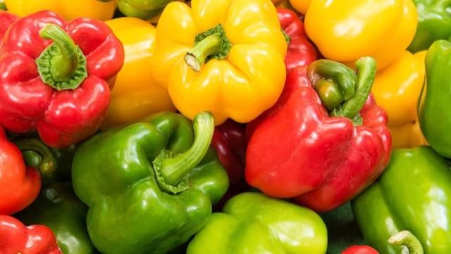 見た目がピーマンと似ているパプリカ、味や栄養価はどう違うの?