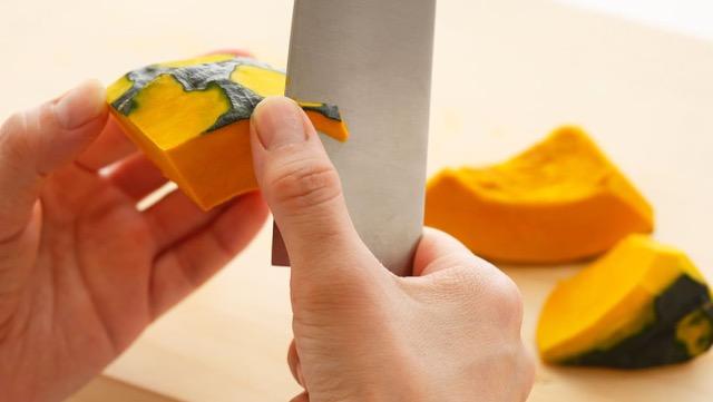 煮熟的肉切成薄片切角和倒角