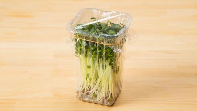 3日ほどで使いきらない場合は、根元まで水を注いでスポンジを湿らせ、ラップをして立てた状態で、冷蔵庫の野菜室で保存
