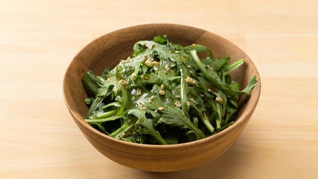 旬の春菊は香りも良く、葉先のやわらかな部分を、サラダなどで生食してもOK