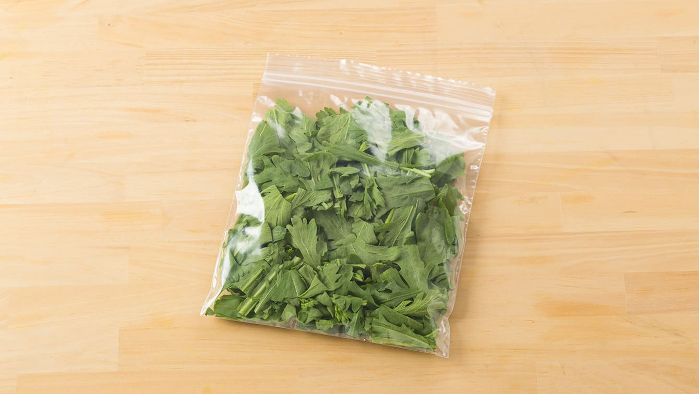 春菊の冷凍保存は、4cmほどにカットしてから冷凍用保存袋に入れる
