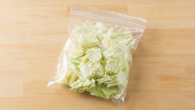キャベツは、すぐに使えるざく切りにしてから冷凍保存が便利