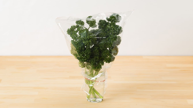 パセリの冷蔵保存:水を入れたグラスにさし、ポリ袋をかぶせて輪ゴムで密封し、冷蔵庫の野菜室へ