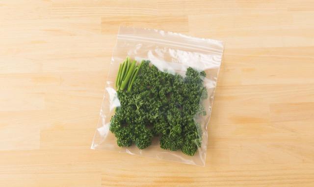 パセリの冷凍保存:茎と葉に分けて、冷凍保存袋に入れて冷凍