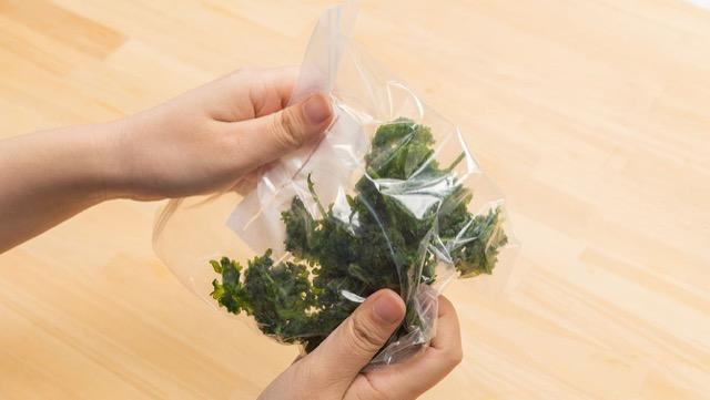 パセリの冷凍保存:袋ごともめば簡単にみじん切りができる