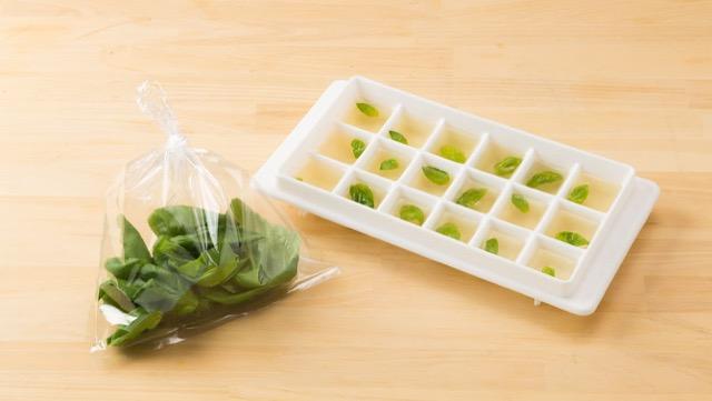 バジルの保存法:葉だけを摘んでポリ袋に入れ、少し空気で膨らませて口を結んだ状態で冷凍庫へ。葉は刻んでも良い