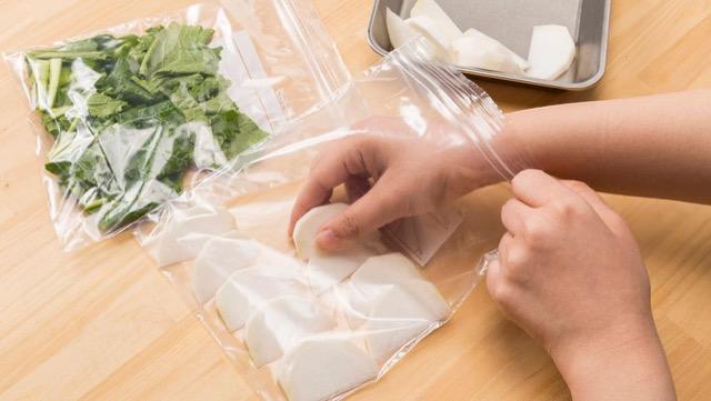 かぶの冷凍保存法:根と葉は分けて保存。根と葉を使いやすい大きさに切り、水気を取って、それぞれ保存袋に入れて冷凍