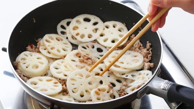 れんこんが透き通るような色になり、しんなりしてきたら、塩、コショウ、ナンプラーを加えて炒める