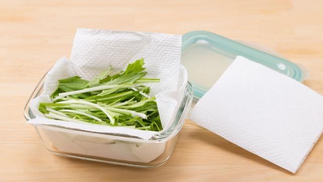 キッチンペーパーを敷いた保存容器に水菜を入れ、冷蔵庫の冷蔵室で保存