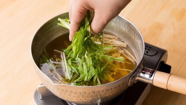 水菜の加熱調理のポイント:調理の仕上げに加えてサッと火を通すと、シャキシャキとした食感を残すことができる