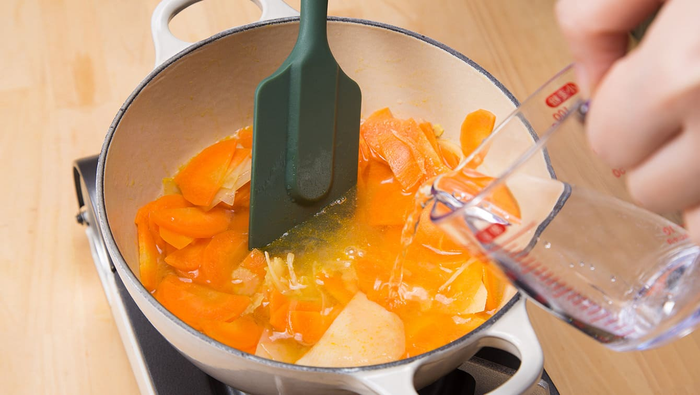 基本の調理工程2:油が回ったら、水を加え、弱火でやわらかくなるまで煮る