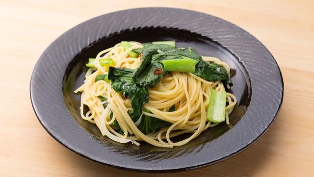 鮮やかな緑が食欲をそそる、小松菜のパスタ