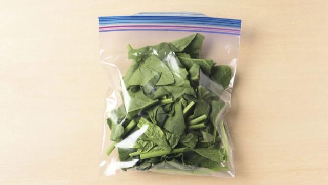ほうれん草・小松菜の冷凍保存:3~4cmのざく切りにし、生のまま冷凍用保存袋に入れて冷凍