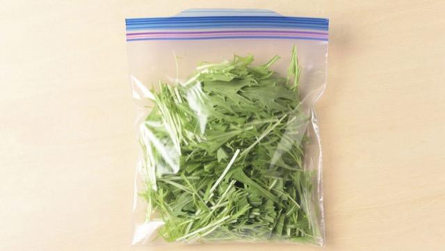 水菜の冷凍保存:使いやすい長さに切り、生のまま冷凍用保存袋に入れて冷凍