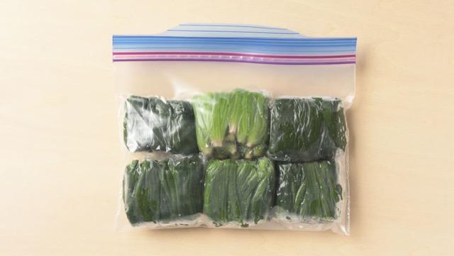 茹でたほうれん草・小松菜の冷凍保存:固めに茹でて水気を切り、3~4cmに切って小分けにしてラップに包み、冷凍用保存袋に入れて冷凍