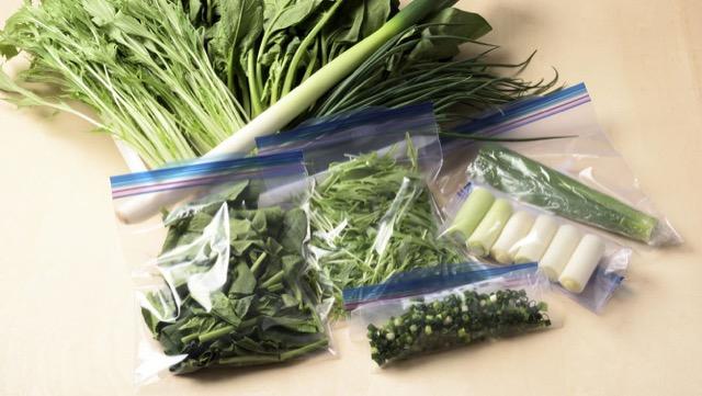 [常備野菜の冷凍保存]ほうれん草やネギなど、生で冷凍するコツ