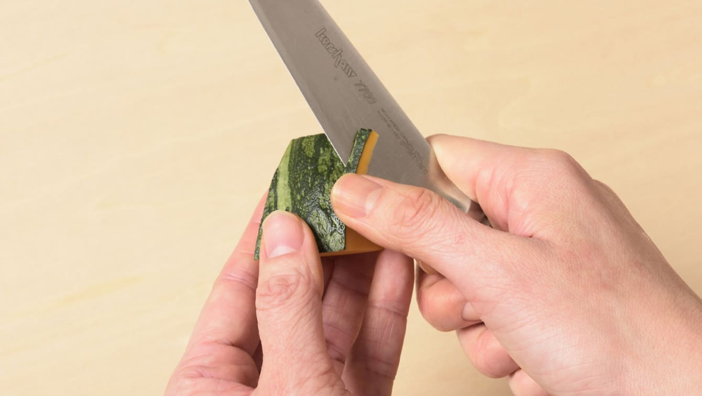将南瓜切成易于食用和倒角的大小