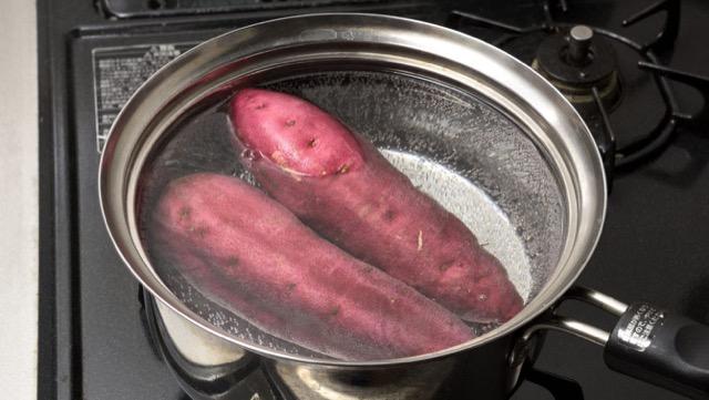 红薯在炽热的水中被碾碎。