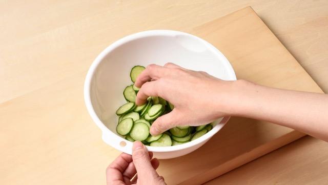 きゅうりの冷凍保存:きゅうりをボウルに入れて塩もみ