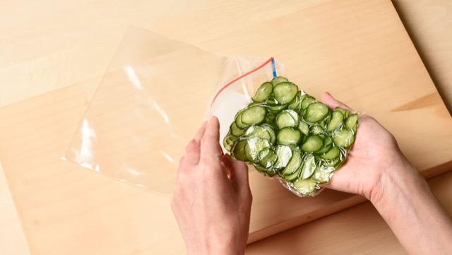 きゅうりの冷凍保存:ラップしたきゅうりを、冷凍用保存袋に入れて冷凍