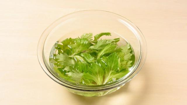 准备芹菜叶的提示:从茎上切下叶子并暴露在水中