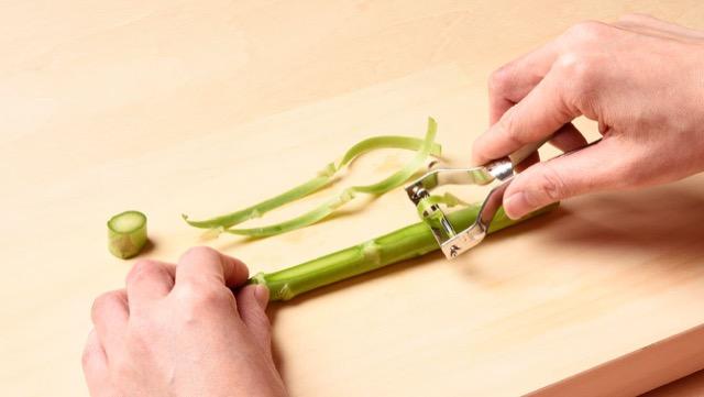 皮のむき方:根元を1cm切り落とし、穂先を残してピーラーで薄くむく