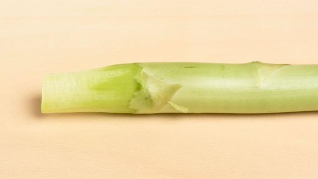 皮のむき方:春の出始めのころは、根元1cmを切り落とした後、3cmほど皮をむくだけで良い
