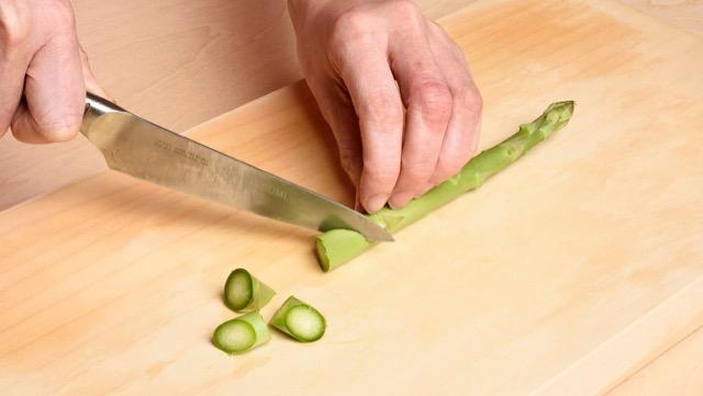 アスパラガスの切り方:乱切り。炒めものに向いています