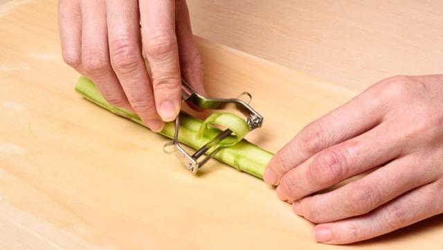 アスパラガスの切り方:ピーラーでリボン状に。サラダ、マリネ、スープに向いています