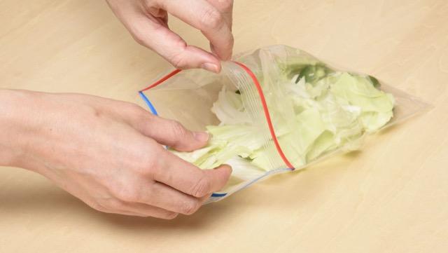 キャベツ、ピーマン、タマネギを一緒にして、1回に使う分量ごとに冷凍用保存袋に入れて冷凍庫へ