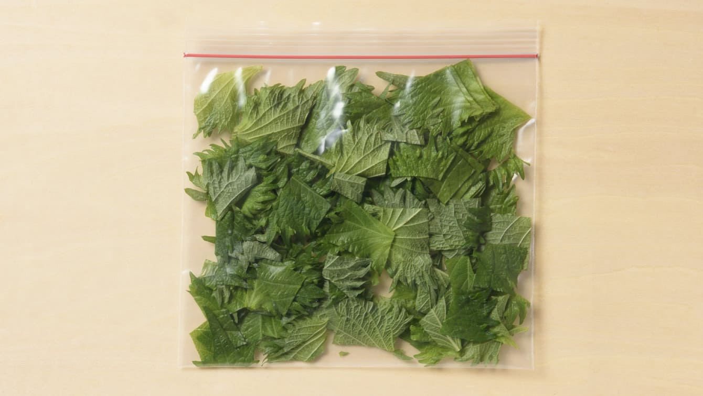 しそ:粗く切ったものを冷凍用保存袋に入れて冷凍