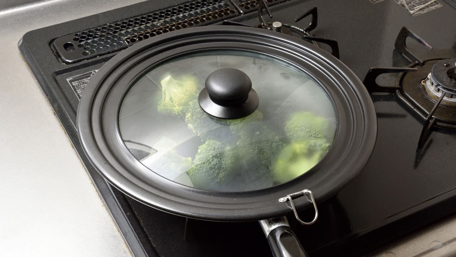 ブロッコリーを入れたフライパンにふたをして中火で蒸し焼きにする