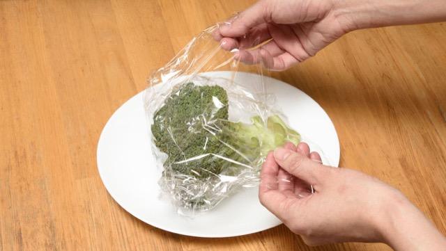 水分がついたままのブロッコリーを耐熱皿にのせてラップでゆるく包む