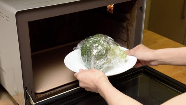 ラップで包んだブロッコリーを電子レンジに入れて500Wで3分加熱する