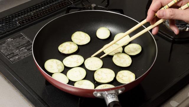 如果用油烹饪茄子,不要暴露在水中