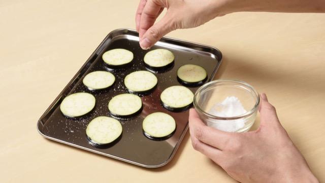 在用油烹饪之前,在切口上撒上一些盐