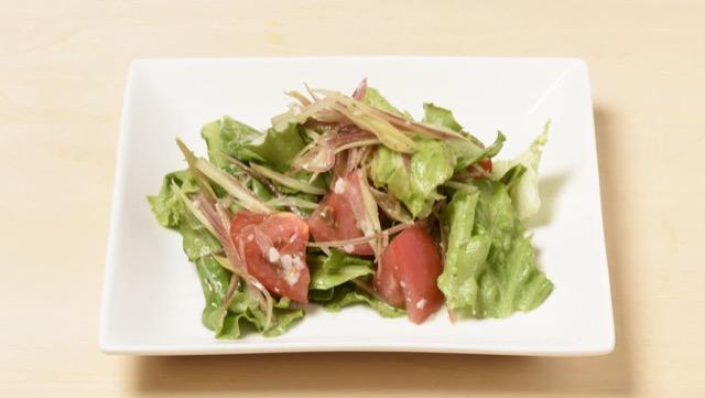 みょうがとトマトとグリーンカールの塩麹サラダのレシピ