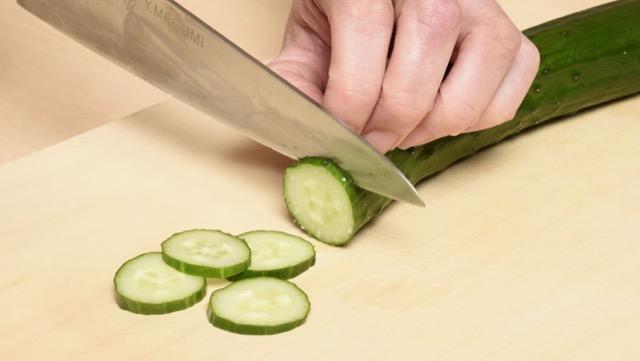 輪切り:繊維に直角に、同じ厚さで切る。サラダやあえ物などに