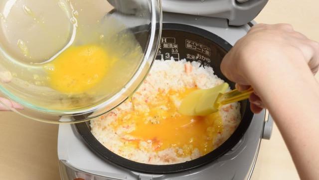 レタスチャーハンの作り方4:塩と砂糖を入れた卵を炊きあがった炊飯器に入れ、ふたをして約10分蒸らす