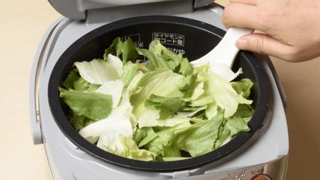 レタスチャーハンの作り方5:炊飯器にごま油、レタスを加えてさっと混ぜ合わせる