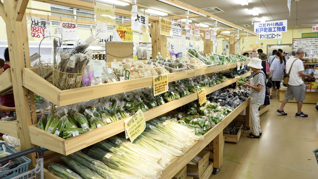 営業時間前から行列ができる農産物直売所の様子