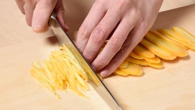にんじんをスライサーで切る。包丁で千切りしてもOK