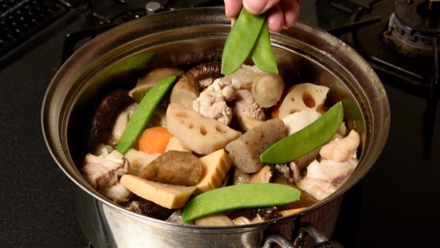 鶏肉を鍋に戻して煮た後、絹さやを加えて混ぜれば完成