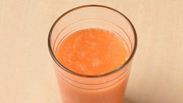 使用胡萝卜和苹果的容易的汁液食谱