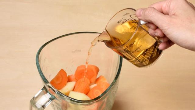 にんじん、りんご、りんごジュースをミキサーに入れて撹拌したら完成