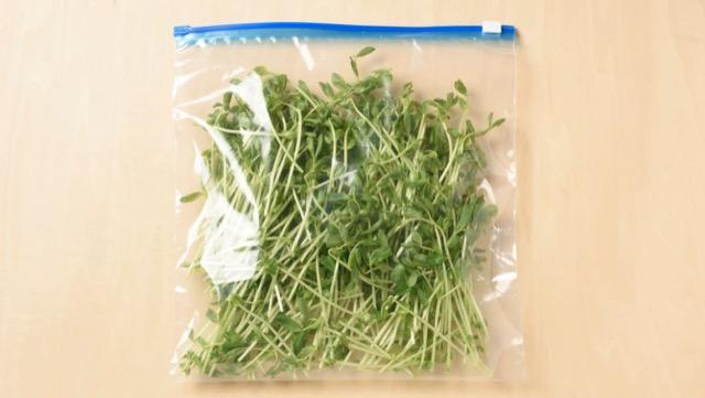 冷凍保存するときは、根元を切り、水気をよく切ってから保存袋に入れる