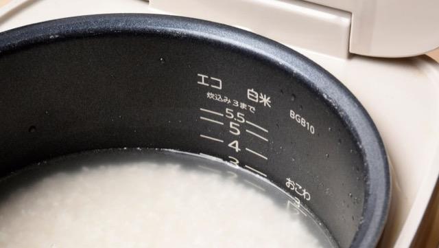 研いだ米をやや少なめの水加減で炊く