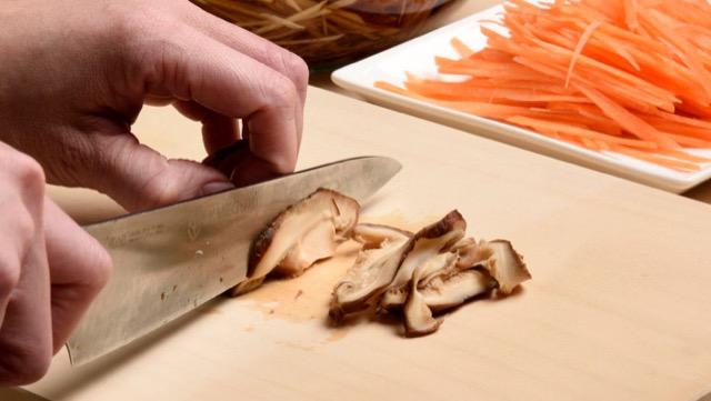 具材のごぼう、にんじん、ショウガ、干し椎茸を切る